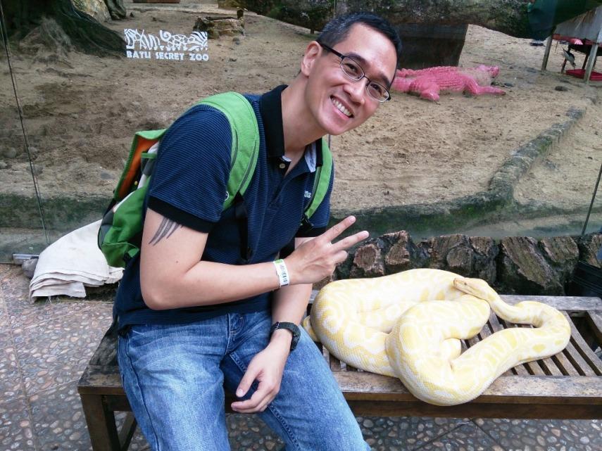 Tenaang, kata penjaganya ular ini tidak tertarik pada manusia kok