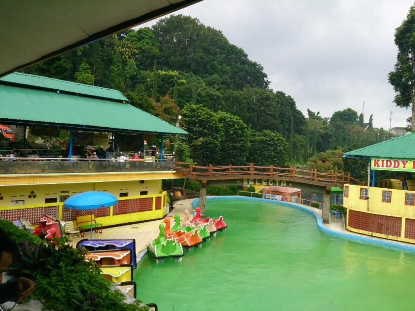 Suasana kolam Selecta, diambil dari warung bakso. Ada sepeda air utk mengelilingi kolam berdua. Ihiy.