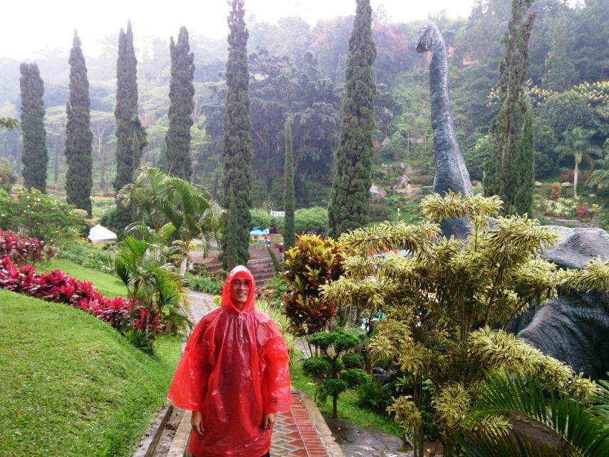 Berhubung hujan, terpaksa berkostum jas hujan merah warnanya...