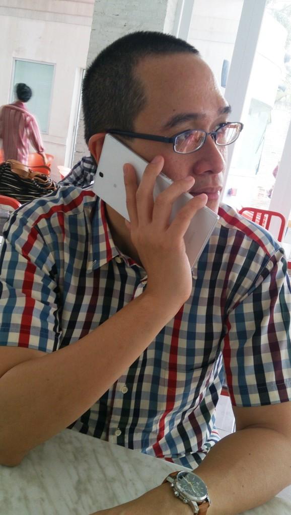 """Ya hallo? Bang, bakso tambah dua ya? Apa? Muka saya gak keliatan?"""