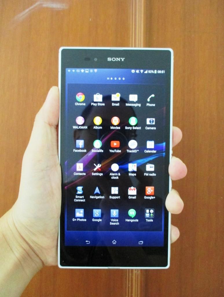 Z Ultra ini bagaikan Ivan Gunawan dari smartphone. Masih bisa dipegang satu tangan, tapi....GEDE BANGET.