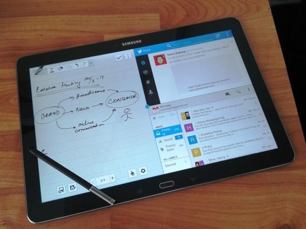 """""""multi screen"""". Bisa nyatet, liat Twitter, atau baca e-mail"""