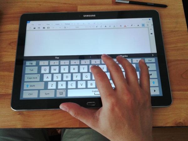 Keyboard virtual yang sebesar keyboard PC/laptop biasa. Mengetik jadi nyaman.