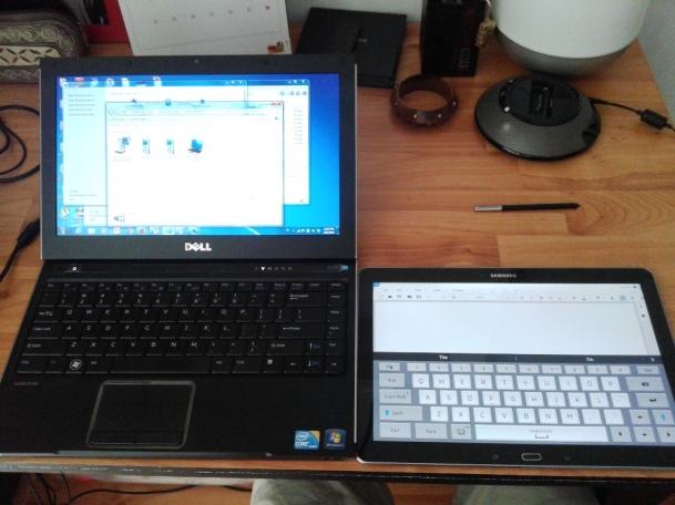 Di sebelah laptop gw, sebagai perbandingan ukuran
