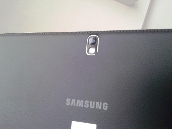"""Lebih detail dengan tekstur faux leather. Perhatikan pola """"jahitan"""" di tepi yang sama dengan Note 3"""