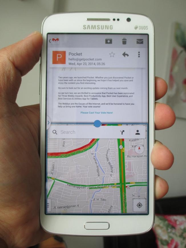 Menikmati multiscreen. Misalnya membaca email sambil mengecek Google Map.
