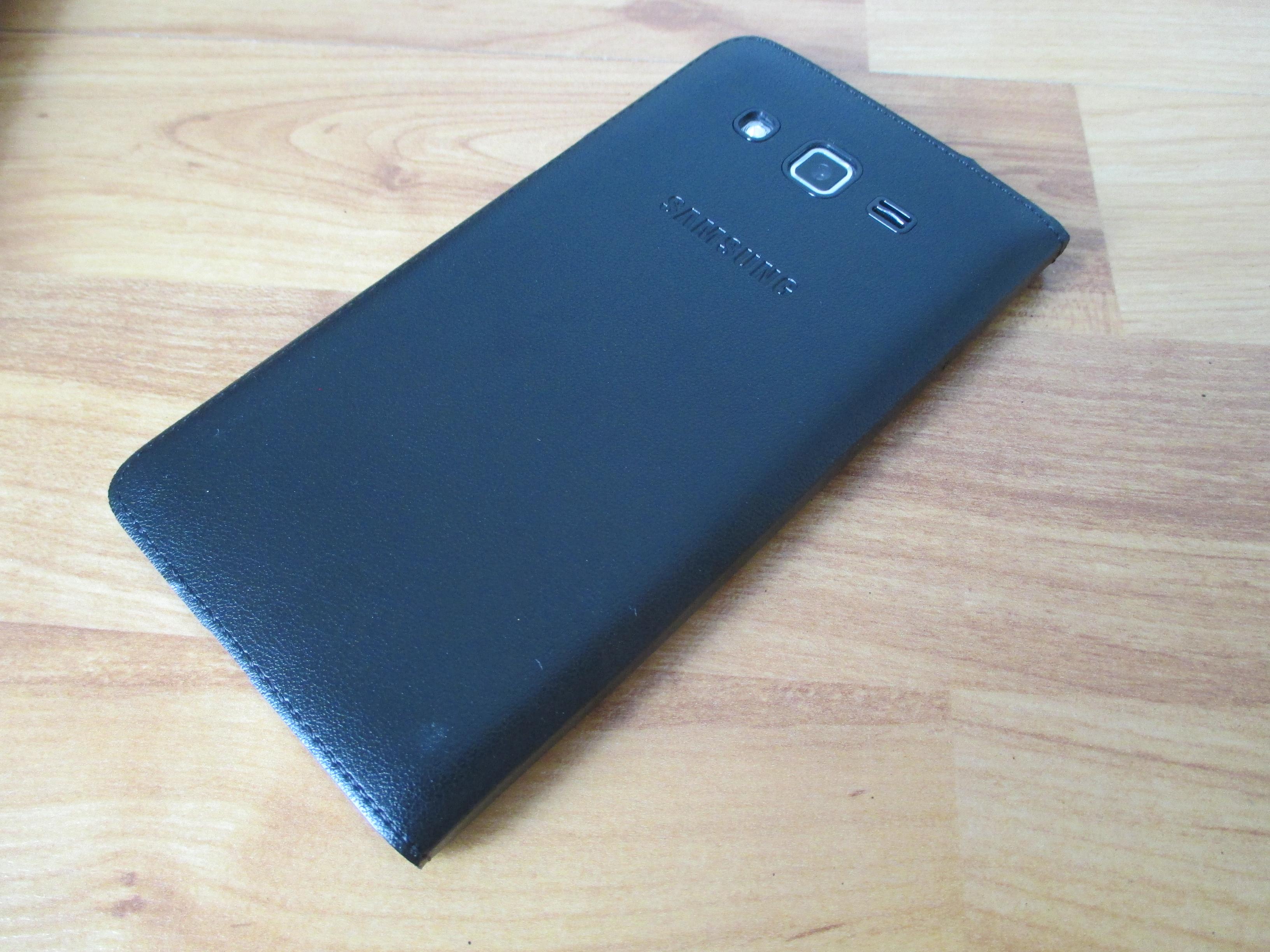 Dengan smart cover resmi bagian belakang Grand 2 jadi enak dipegang dan terlihat mahal