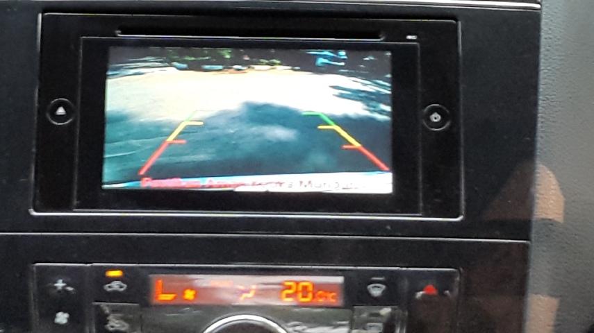 Saat memasuki gigi mundur, display radio menjadi monitor belakang