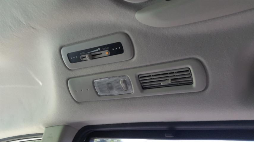 AC double blower, dan bisa dikontrol sendiri oleh penumpang baris kedua