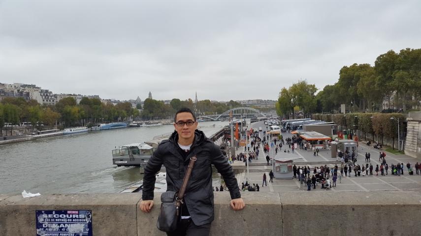 Di jembatan di atas Sungai Seine