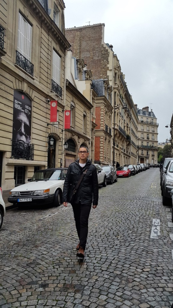 Berjalan menyusuri jalan2 berbatu kota Paris
