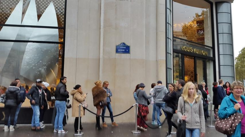Antrian untuk masuk Louis Vuitton. Buset deh