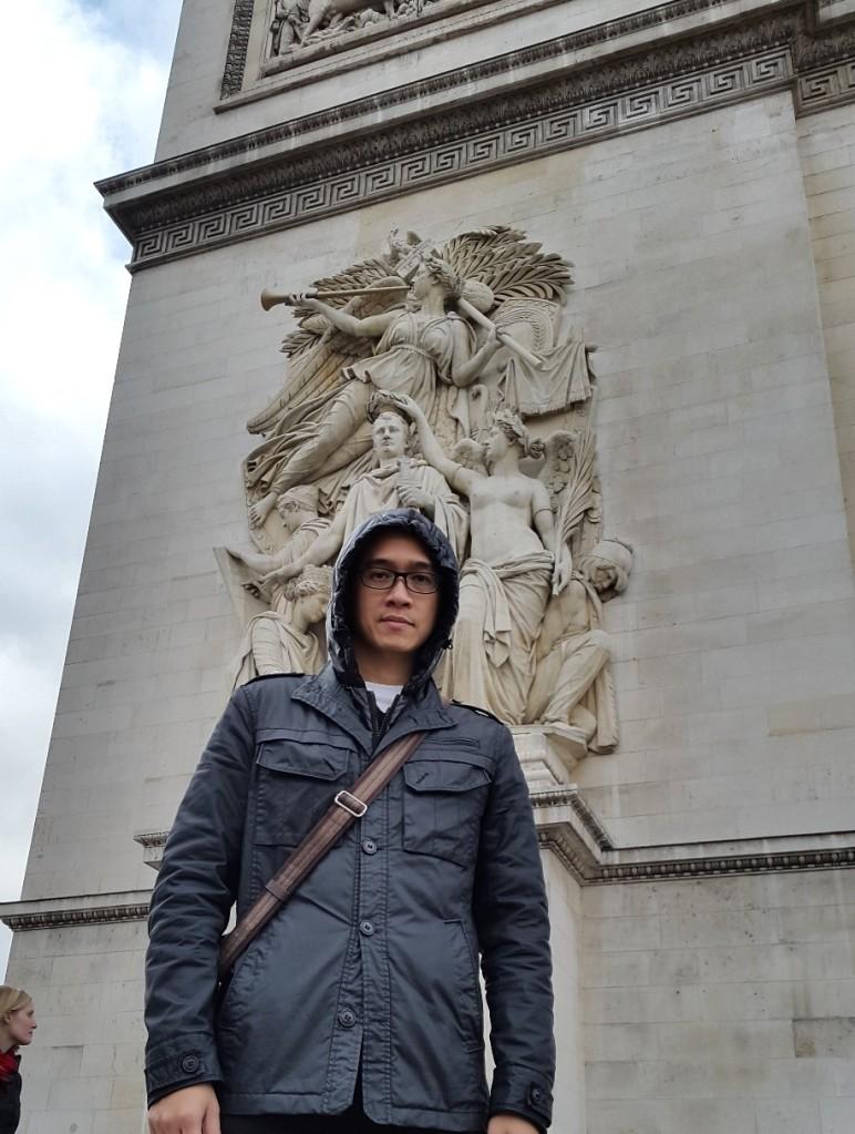 Relief belakang Napoleon yang dikawal malaikat2. Yang di depan bukan relief, tapi turis