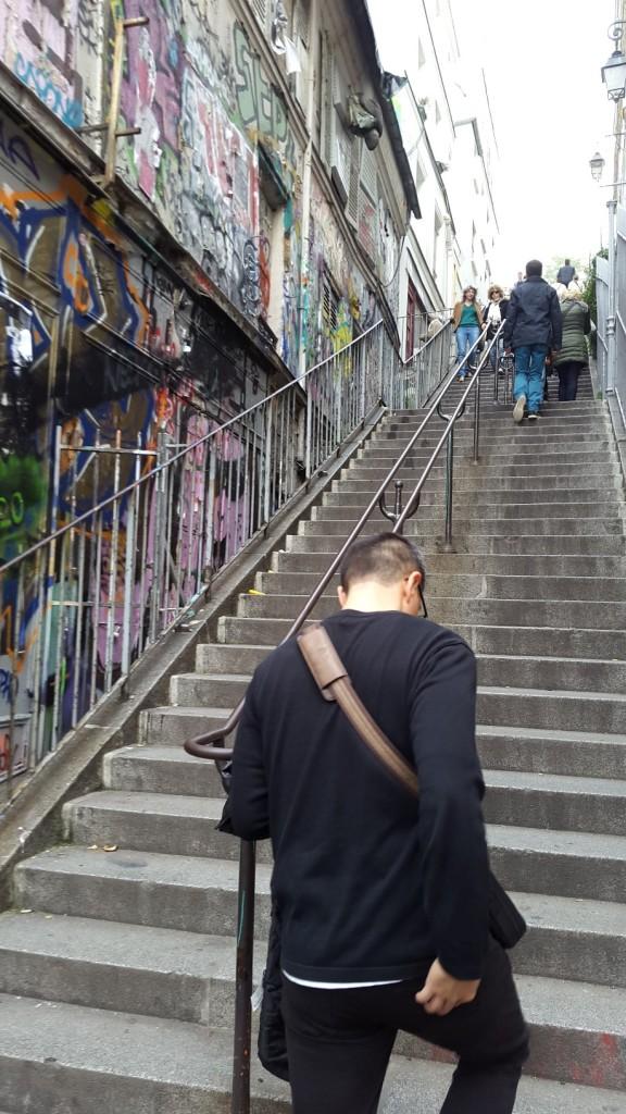 Naik tangga menuju Sacre-Coeur. Eh itu kenapa gw megang pantat sih?