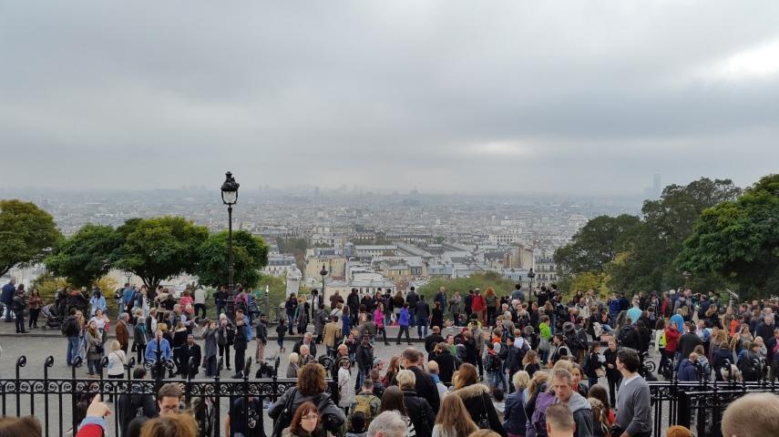 Pemandangan Paris dari kaki tangga Basilica Sacre-Coeur. Sayang agak mendung berkabut