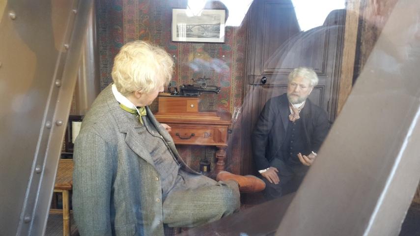 Gustav Eiffel and Thomas Edison bercakap2 di tempat tingga Eiffel di atas menara