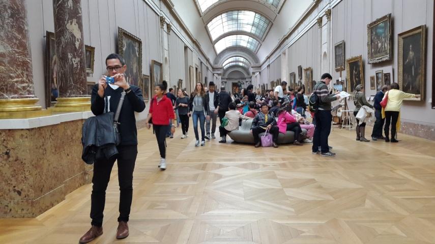 Suasana galeri lukisan di Louvre