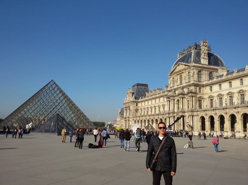 Piramid kaca yang besar