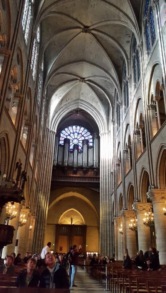 Perhatikan betapa TINGGI-nya atap katedral tersebut