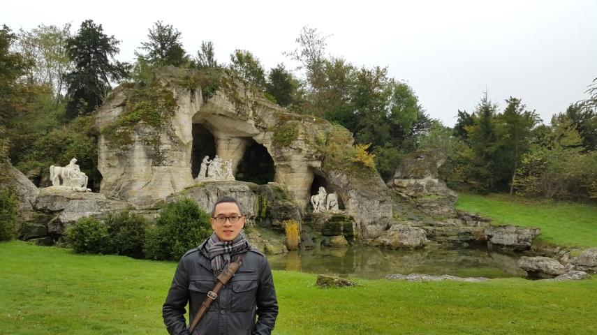 Salah satu taman di dalam taman Versailles, ada patung Apollo tersembunyi di gua