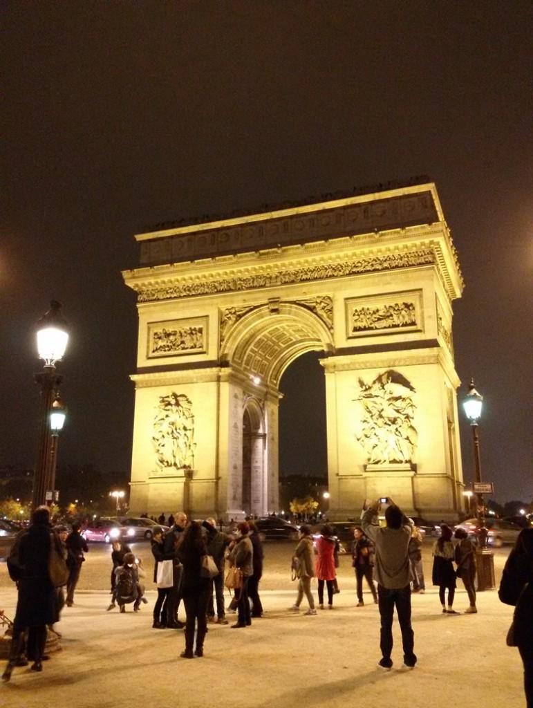 Arc de Triomphe di malam hari