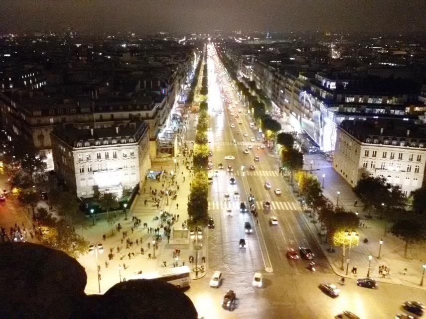 Pemandangan Camps-Elysees dari atas Arc de Triomphe