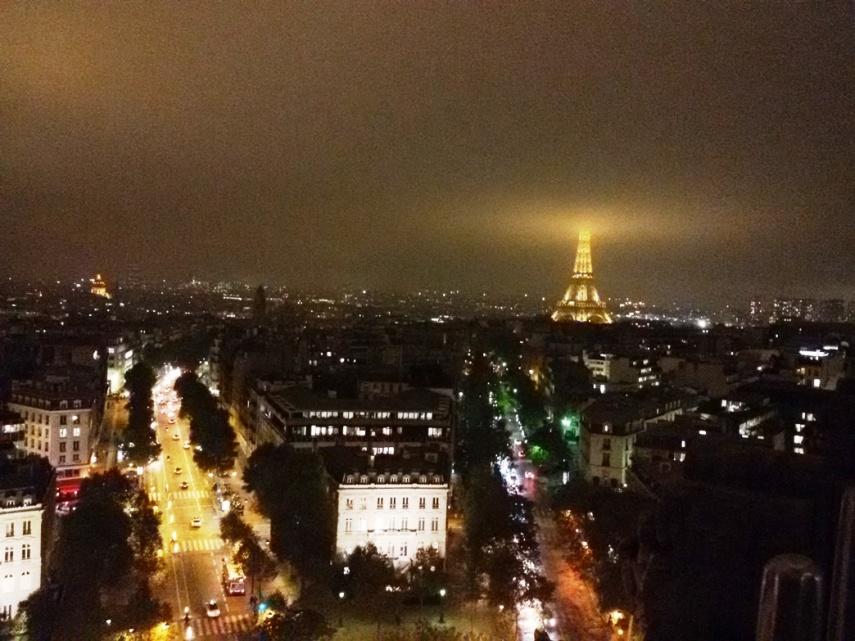 Eiffel Tower terlihat dari atas Arc de Triomphe